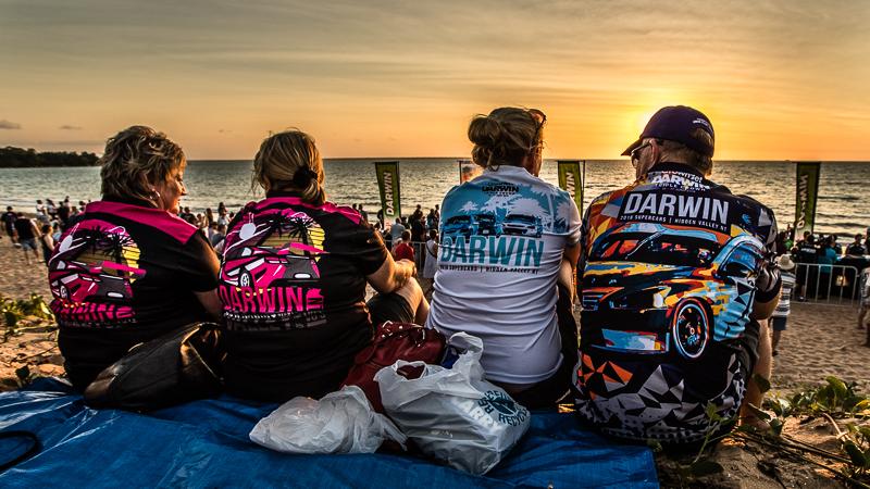 Vor allem Einheimische genießen den Sonnenuntergang am Mindil Beach, Darwin / © FrontRowSociety.net, Foto: Georg Berg