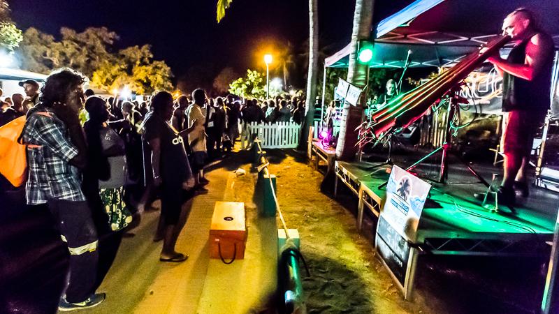 Mark Hoffmann, Didgeridoo und Tor Trethowan, Schlagzeug bilden die Formation eMDee und spielen, wenn sie nicht gerade international auf Tournee sind, auf dem Mindil Sunset Market / © FrontRowSociety.net, Foto: Georg Berg