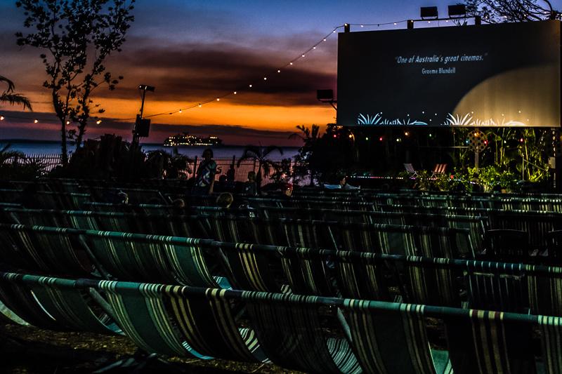 Das Deckchair-Cinema bietet anspruchsvolles Programmkino. Kurz vor der Vorstellung verschwindet am Horizont noch ein Kreuzfahrtschiff und für jeden gibt es kostenlos Insektenschutz gegen die Mücken / © FrontRowSociety.net, Foto: Georg Berg