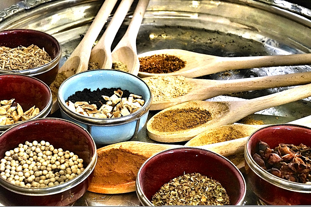 Exotische Gewürze sind die Essenz eines jeden Küchengeheimnisses. Reuben Riffels Philosophie steht für opulente Aromenspiele und kantige Gerichte