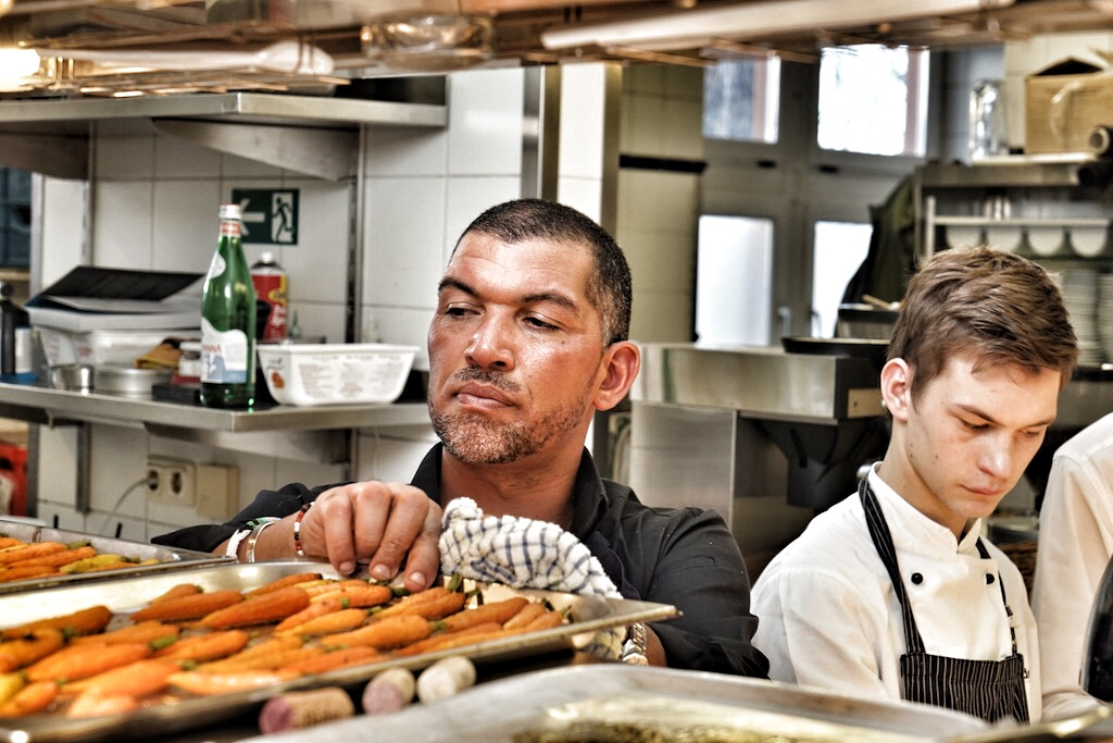 In der Küche des Kronenschlösschens hatte Reuben alles im Griff; die Gäste waren schon ganz gespannt auf die Kreationen des Meisterkochs vom Kap