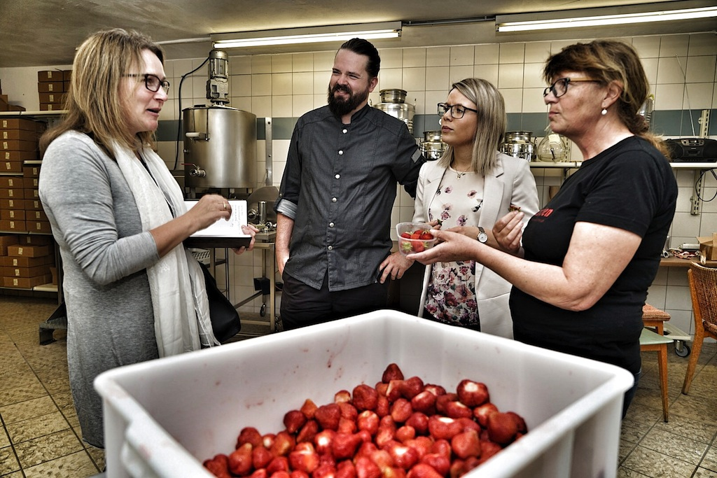 Probieren geht über studieren, auch wenn diese prallen Erdbeeren für Marmalade vorgesehen sind, schmecken sie dennoch aromatisch und köstlich