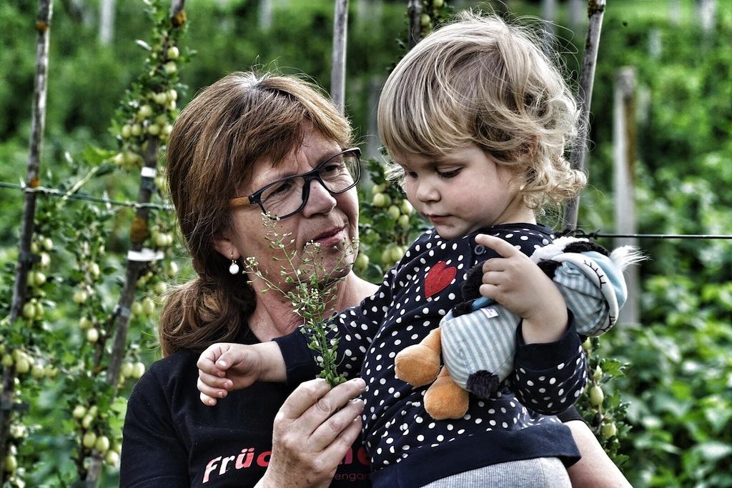 Und dem Nachwuchs wird die Natur auch schon nahe gebracht, Martina Mair mit Enkelin Paula