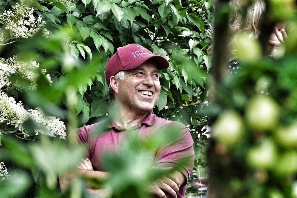 Naturverbunden - Martin Mair zwischen seinen Bäumen und Sträuchern