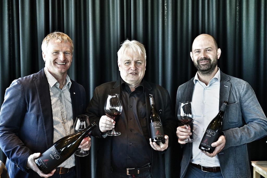 Drei Winzer, drei Länder ein Wein - der PINO 3000. Paul Achs (li.) vom gleichnamigen Weingut aus dem Burgenland, Joachim Heger (Mitte) vom Weingut Dr. Heger aus Baden sowie Wolfgang Trattner (re.) von der Kellerei St. Pauls aus Südtirol vereinen ihre besten Spätburgunder zum PINO 3000 und lagern diesen im Söldener Gourmet-Restaurant ice Q auf 3048 Metern