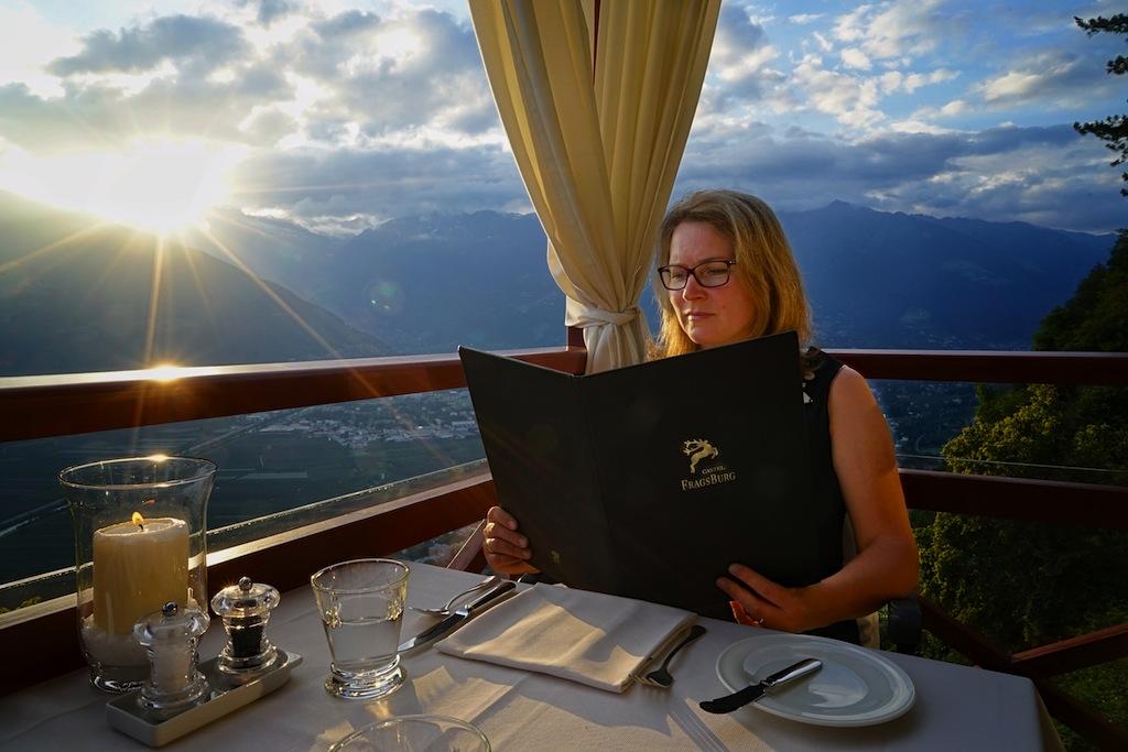 """""""Angekommen"""": Im Hotel Castel Fragsburg speist man mit traumhaften Blick über das gesamte Meraner Land"""