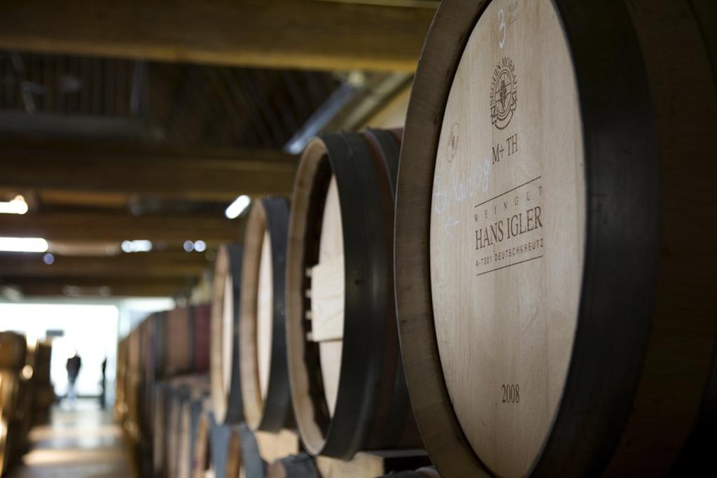 In den Weinkellern des Schaflerhofs lagern die guten Tropfen von Igler, bis sie den Weg in die Flaschen finden