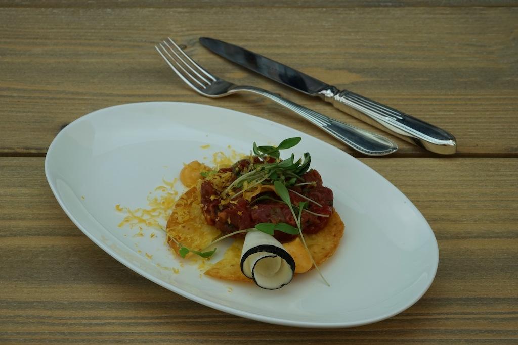Der Versuchung erster Teil: Beef Tatar mit Eigelb, BBQ-Chili-Mayonnaise und marienierter Rettich