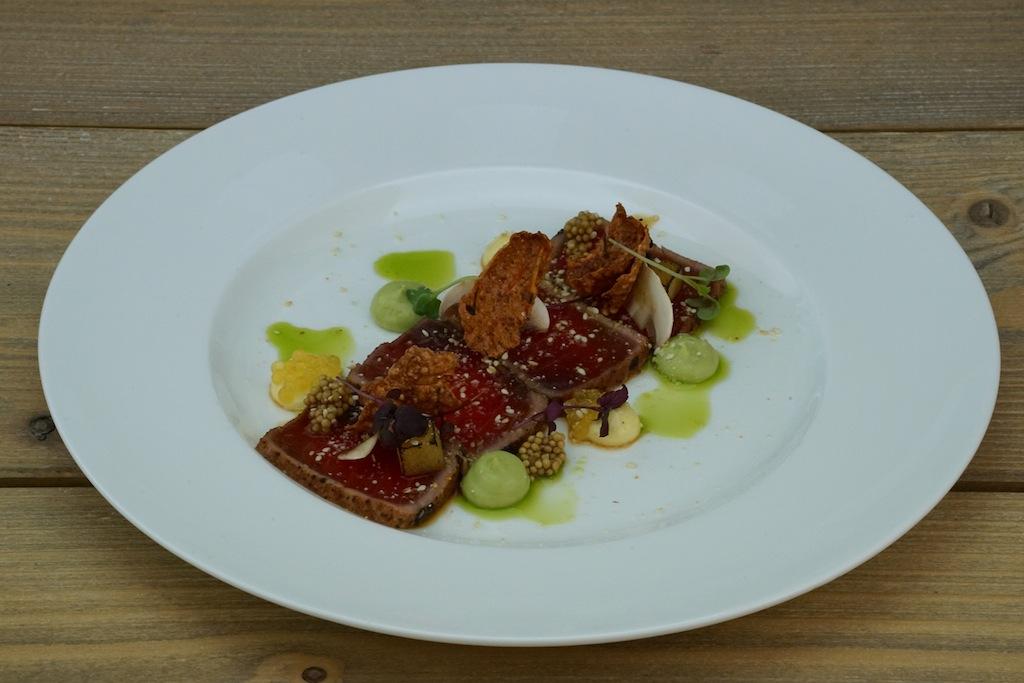 Eine grandiose zweite Vorspeise war das Thunfisch-Tataki mit Limone, Kaviar und Senf