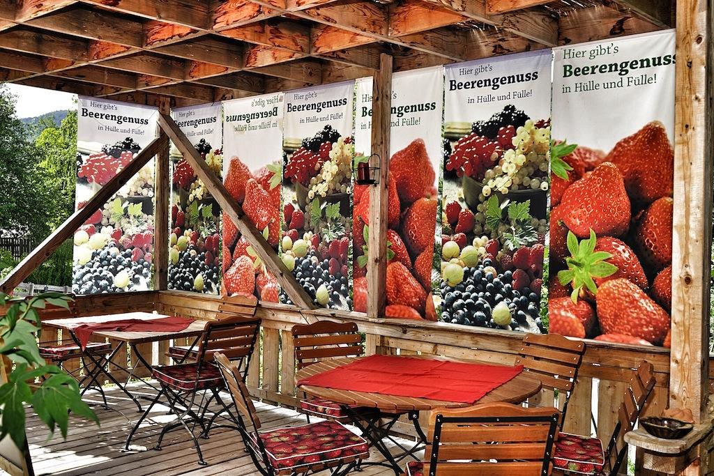 Platz nehmen im Hofcafé des Beerengartens und sich auf die fruchtigen Verlockungen einlassen