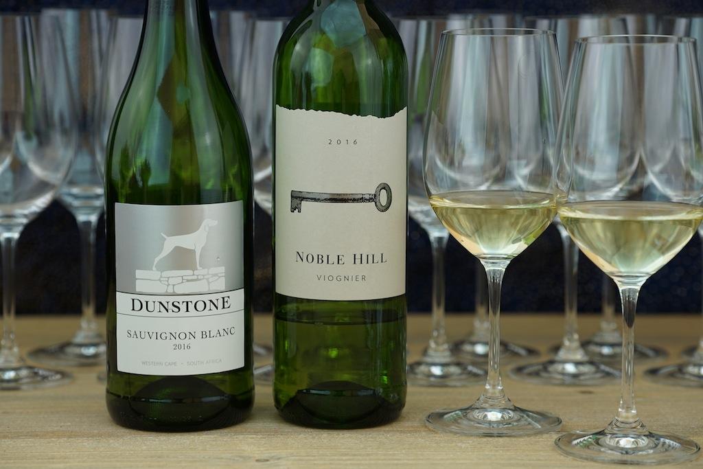 Der Schlüssel zum vinophilen Glück: 2016 Viognier vom Weingut Noble Hill sowie der elegante Sauvignon Blanc vom Weingut Dunstone