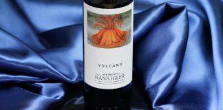 DerVulcano 2015 vom Weingut Igler präsentiert sich selbstbewusst und ausdrucksstark in einereleganten dunklen Robe, die an Granat erinnert
