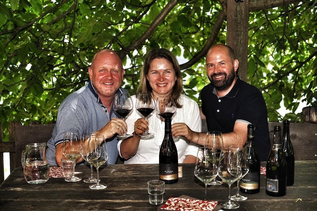 Unser Dank gilt Wolfgang Trattner (re.) für den Exkurs in Sachen Weine der Kellerei St. Pauls vor der wunderschönen Kulisse des ältesten Weißburgunder Weingartens von Südtirol sowie des Patscheider Hofs