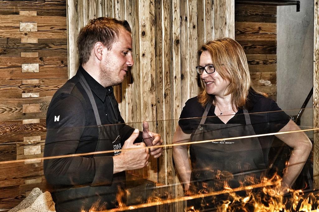Die besten Restaurants in Ischgl - Chef Gunther Döberl (li.) im Gespräch mit FrontRowSociety-Redakteurin Annett Conrad (li.) über Küchenphilosophie, Visionen und Persönliches