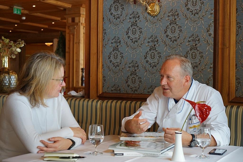 Die besten Restaurants in Ischgl - 3 Haubenkoch Martin Sieberer: 3 Hauben Koch Martin Sieberer beschreibt FrontRowSociety Redakteurin Annett Conrad seinen Anspruch an Regionalität und die Kunst, Erzeuger zu finden, die der gleiche Qualitätsanspruch eint
