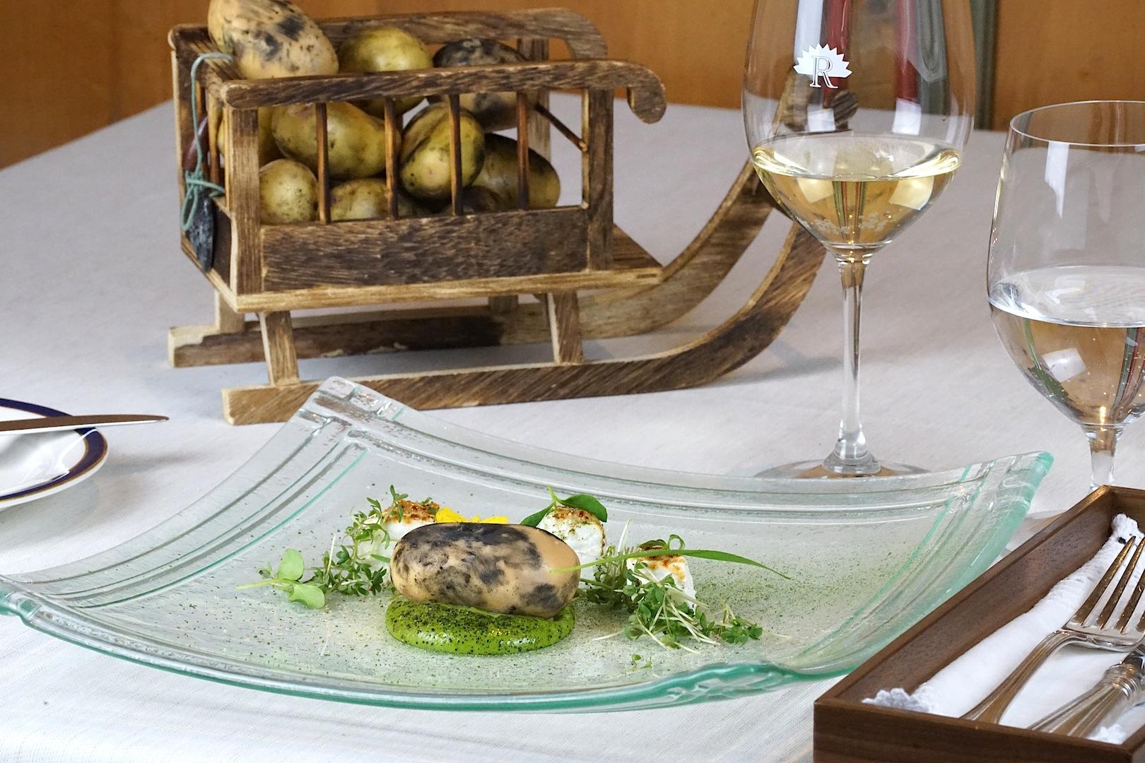 Die besten Restaurants in Ischgl - Restaurant Heimatbühne: Vorspeise Kuh und Ziege auf der grünen Weide und der Schlitten war mit Erdäpfeln beladen
