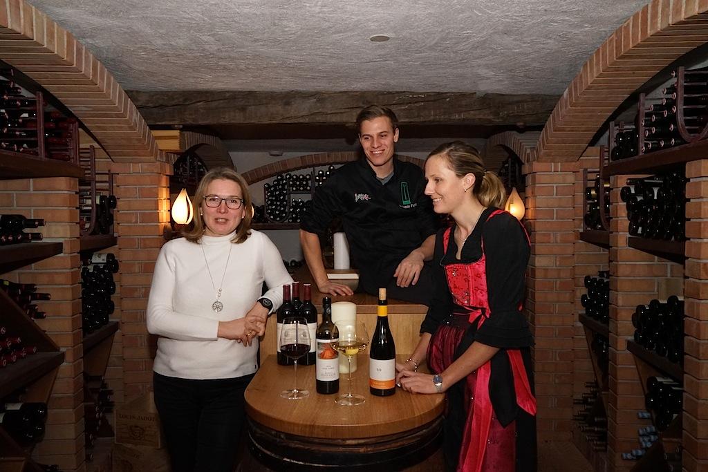 Die besten Restaurants in Ischgl - hier kocht Chef Benjamin Parth (mi.) gemeinsam mit Lebensgefährtin Sarah (re.) und FrontRowSociety Redakteurin Annett Conrad im Weinkeller des Hauses