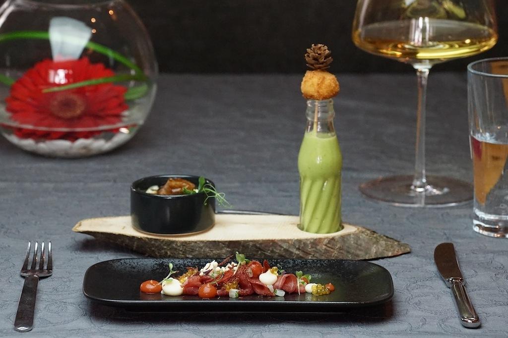 Die besten Restaurants in Ischgl - Grüße aus der Küche des Gourmet Fliana: Geschmortes Rindsbackerl mit einem Bärlauchsüppchen und Gerstlpraline sowie Gerstlrisotto