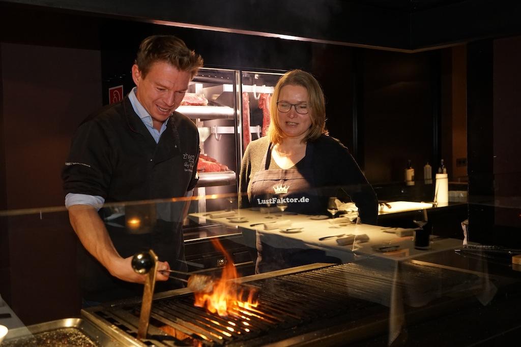 Die besten Restaurants in Kappl/Ischg - Restaurant The Saint - 1,2 Kilogramm saftiges T-Bone-Steak. Da lacht sogar das Herz von Sterne-Koch Klaus Brunmayr