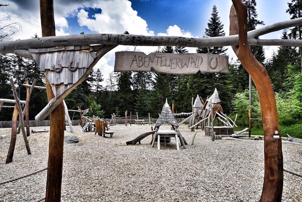 Abenteuerland heißt der große Spielplatz des Leading Hotel Interalpen Tyrol; hier fühlen sich die Kids garantiert wohl