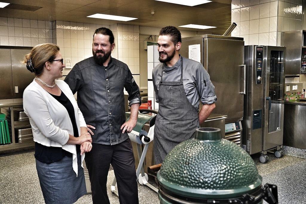 Beim Rundgang durch das riesige Küchenareal gibt es so mache Überraschung zu entdecken, beisoielsweise das Big Green Egg