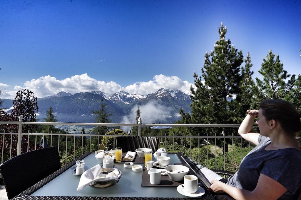 2 mal Sonnengruß zum Frühstück bitte. Nach der morgendlichen Yoga-Stunde gibt es ein gesundes Frühstück auf der Terrasse des Spa-Restaurants