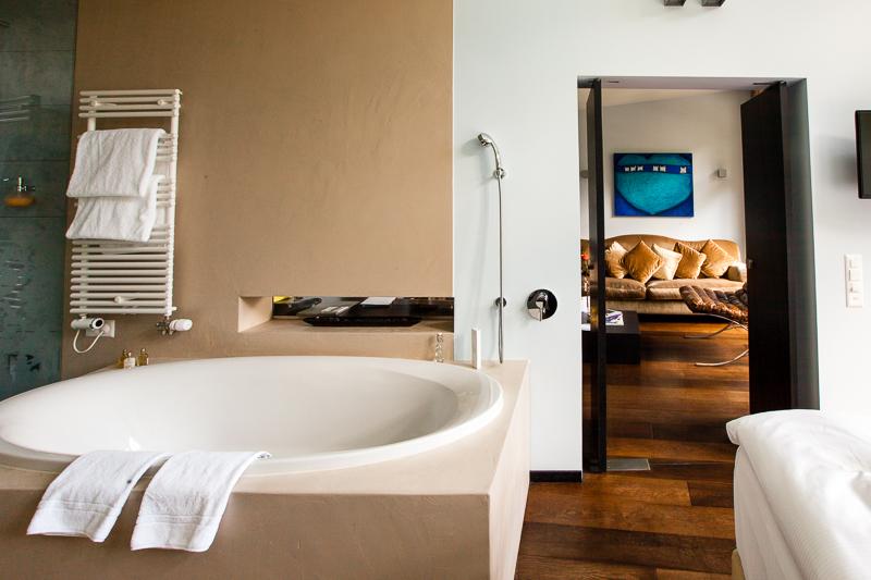 Die Whirlwanne im Schlafbereich der Alpine Selfness Suite ist räumlich geschickt vom Wohnbereich getrennt / © FrontRowSociety.net, Foto: Georg Berg