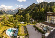 Blick von einem der Balkons des schweizer Hotels Lenkerhof auf den Ort Lenk, den Park des Hotels und im Hintergrund auf den Wildstrubel / © FrontRowSociety.net, Foto: Georg Berg