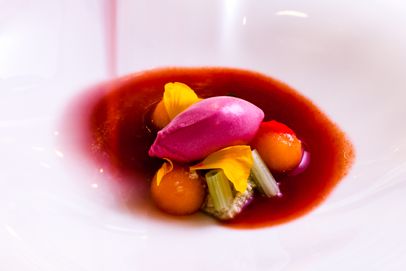 Geeiste Datteltomatencreme-Suppe mit Cannelini, Bohnenpaste, Melone aus Sizilien, Babyfenchel und Rotweinessig-Eis / © FrontRowSociety.net, Foto: Georg Berg