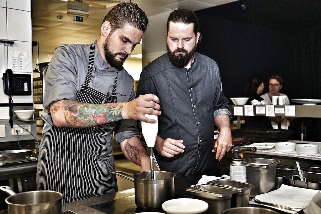 Daniel Senst (li.) und Mario Döring (re.) sind während eines Dinners am Chefs Table im 5 Sterne Superior Interalpen Hotel Tyrol hautnah erlebbar