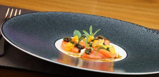 Fine Dining: Am Chefs Table im Interalpen Hotel Tyrol tischt Chefkoch Mario Döring persönlich auf