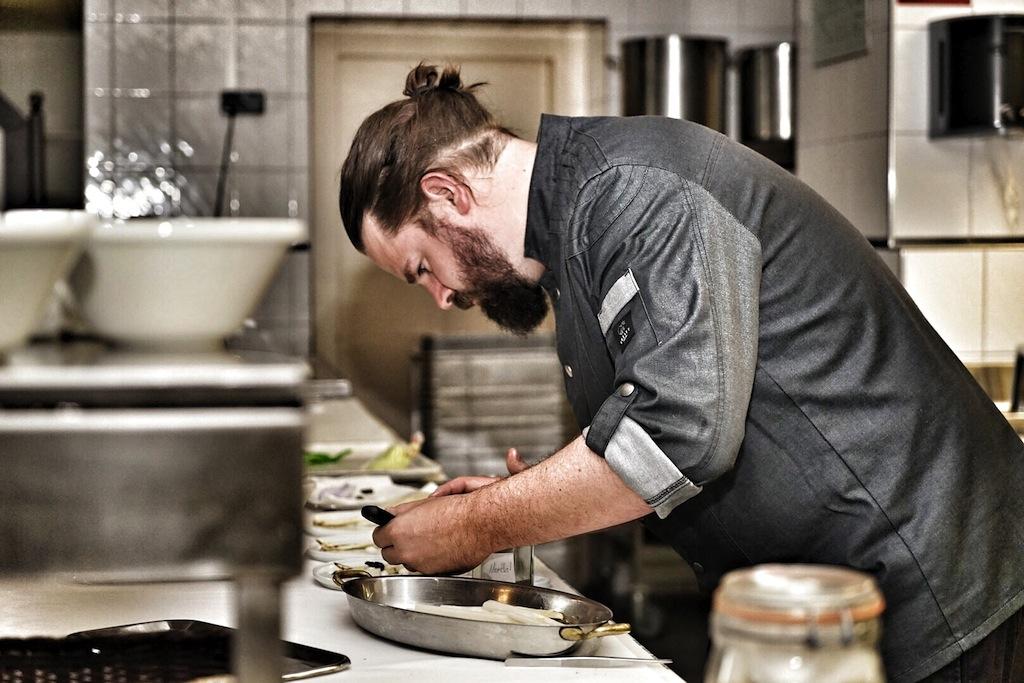 Während Küchenchef Mario Döring konzentriert arbeitet, ist man herzlich einladen, ihm dabei über die Schulter zu schauen