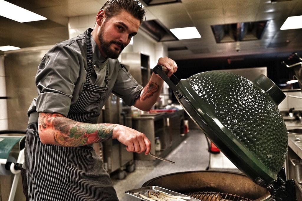 Der stellvertretende Küchenchef Daniel Senst weiß, mit dem Big Green Egg kann man mehr als nur Steaks grillen