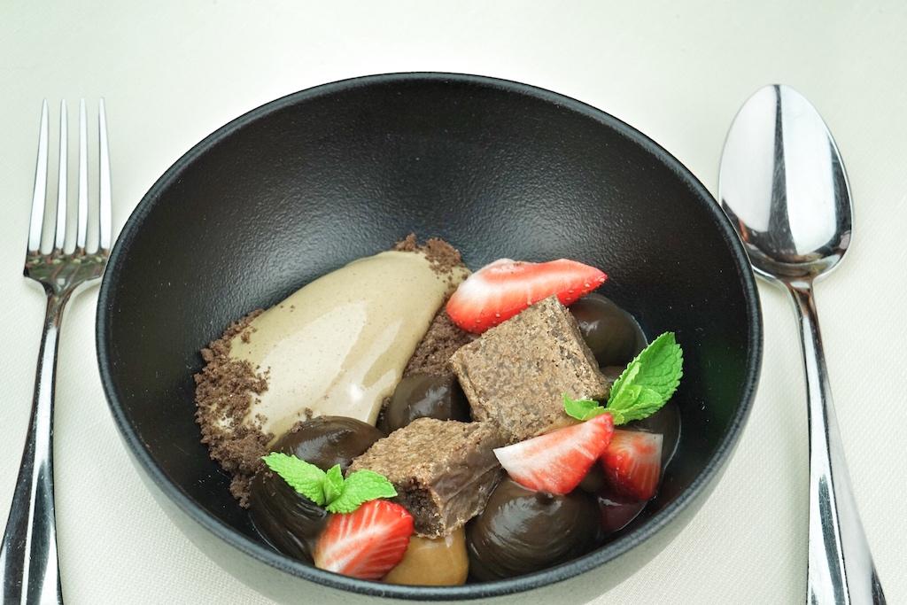 Lieber das Dessert von Schokolademit Malzmilcheis, Karamell und Erdbeeren kosten oder.... / © Redaktion FrontRowSociety.net