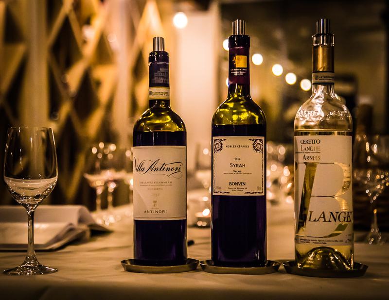 Degustation im Weinkeller des Lenkerhofs. Hier wird man vom Sommelier anhand der Speisekarte des Tages fachkundig für die Auswahl der Weinbegleitung beraten / © FrontRowSociety.net, Foto: Georg Berg