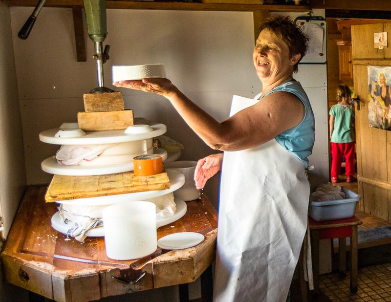 Franziska Zurbrügg bei der Käseproduktion auf der Pöris Alp / © FrontRowSociety.net, Foto: Georg Berg