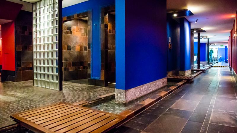 Sieben verschiedene Saunen und eine auf -2°C heruntergekühlte Kältekammer sind im Spa-Bereich leicht zu finden / © FrontRowSociety.net, Foto: Georg Berg