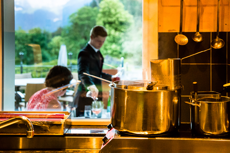 """Während auf der Terrasse die Zeit für den Apéro gekommen ist, ist in der mediterranen Küche des """"Oh de Vie"""" der Siedetopf schon für die ersten Pastabestellungen bereit / © FrontRowSociety.net, Foto: Georg Berg"""