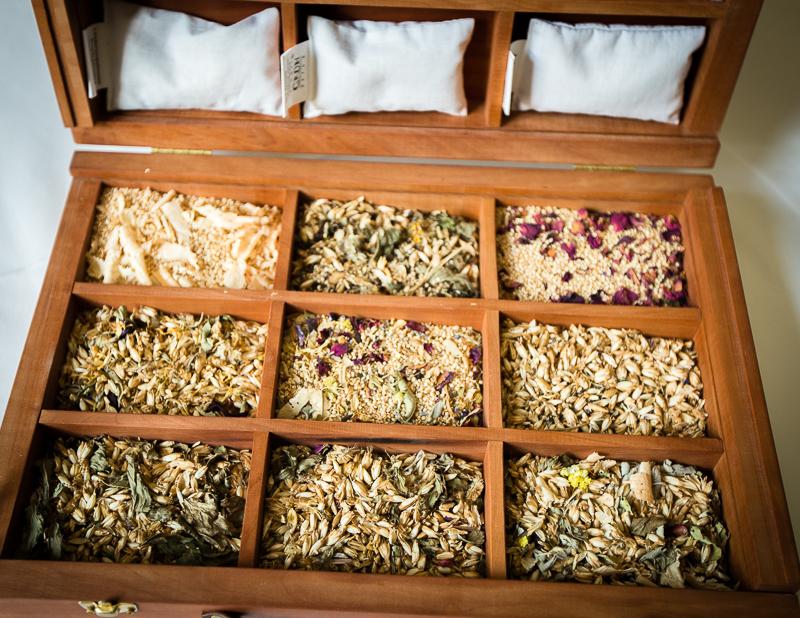 An den Füllungen der Kopfkissen kann vor der Auswahl probegerochen werden. Ein Musterkoffer macht das Kissenmenü sinnlich erfahrbar / © FrontRowSociety.net, Foto: Georg Berg