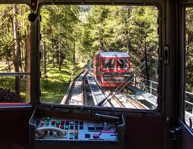 Auf Schienen fährt die Drahtseilbahn zum Muottas Muragl. Von dort oben hat man eine phantastische Aussicht und kann zu ausgedehnten Bergwanderungen starten / © FrontRowSociety.net, Foto: Georg Berg