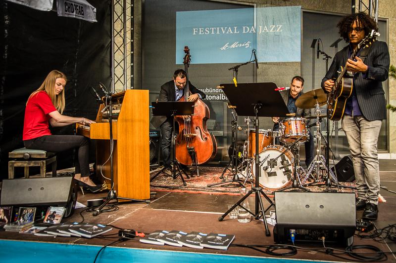 Mal eben zum Apéro-Konzert auf demSt. Moritz Jazz-Festival? Mit dem Bus dauert die Fahrt vom Cresta Palace nur fünf Minuten / © FrontRowSociety.net, Foto: Georg Berg