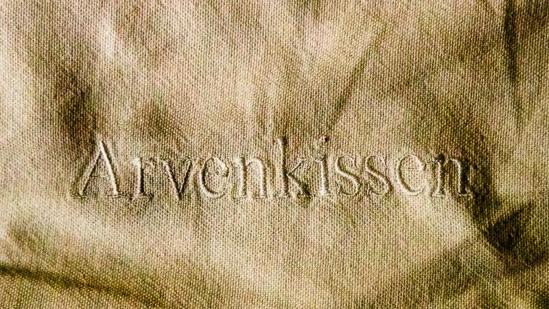 In Deutschland und Österreich kennt man die Zirbelkiefer unter dem Namen Zirbe. Nur in der Schweiz heißt sie Arve und in Celerina auf rätoromanisch Dschember. Bevor das aber zu kompliziert wird, ist man auf dem Arvenkissen schon eingeschlafen / © FrontRowSociety.net, Foto: Georg Berg