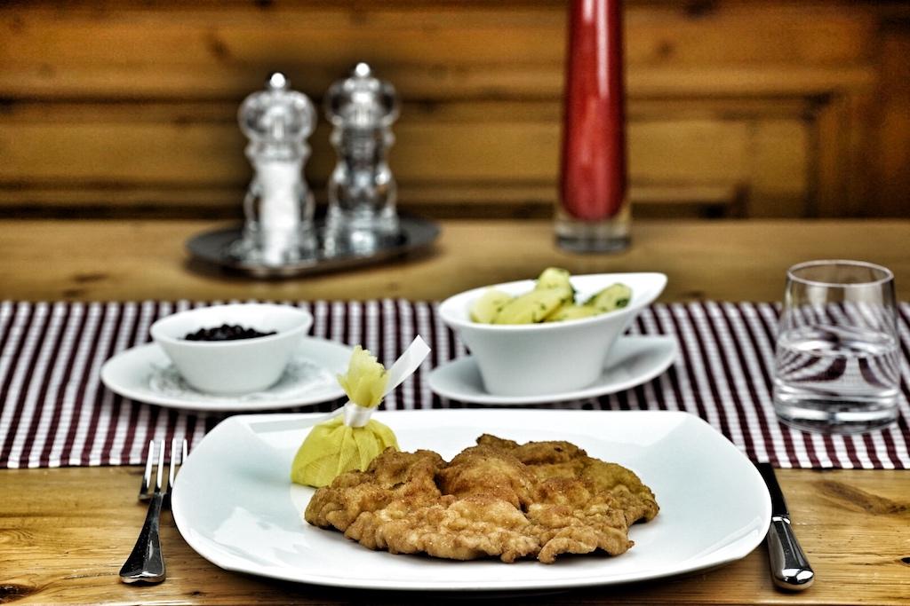 Was wäre eine Speisekarte im Alpenstaat ohne echtes Wiener Schnitzel, original mit Katoffelsalat