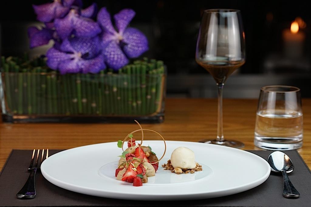 Erdbeere, gepoppter Eblyweizen und Karamell - ein fruchtig süßes Dessert am Chefs Table im 5 Sterne Interalpen Hotel Tyrol
