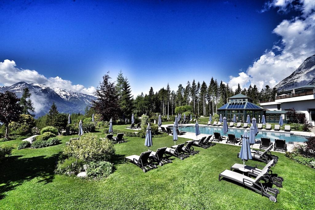 Nach dem Training mit Lisa Marie gehts zur Regeneration der Muskeln in die Sauna und anschließend belohnt man sich mit einem guten Buch im Garten des 5 Sterne Superior Interalpen-Hotel Tyrol