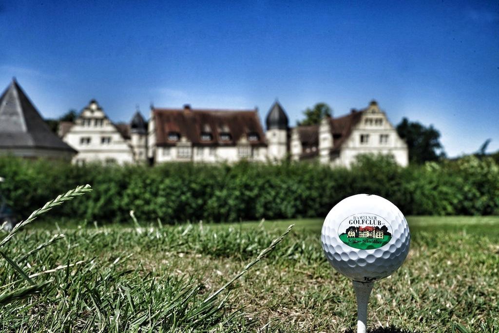 Freunde derkleinen runden Kugel finden im Hamelner Golfclub gleich zwei schöne Golfplatz vor. Im Hintergrund Schloss Schwöbber, in welchem das 5 Schlosshotel Münchhausen beherbergt ist