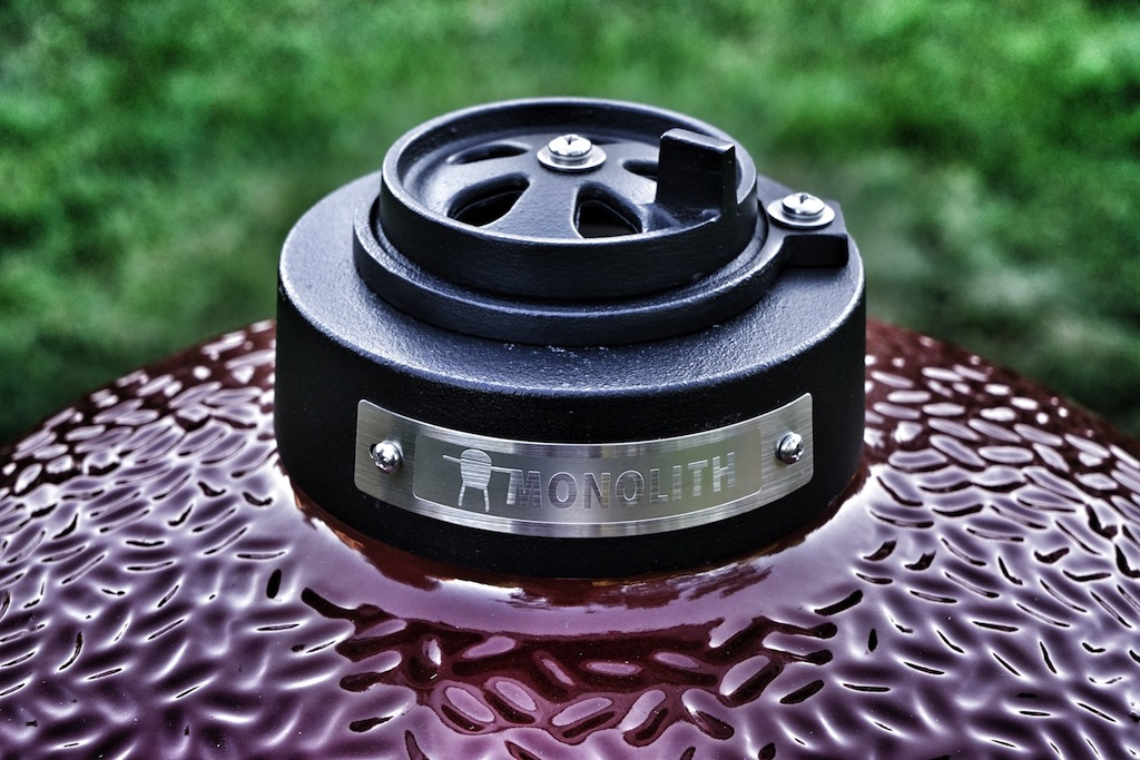 Die Luftzirkulation kann über zwei Wege gesteuert werden. Über den Schieberegler am Fuß und am Kopf des Grills