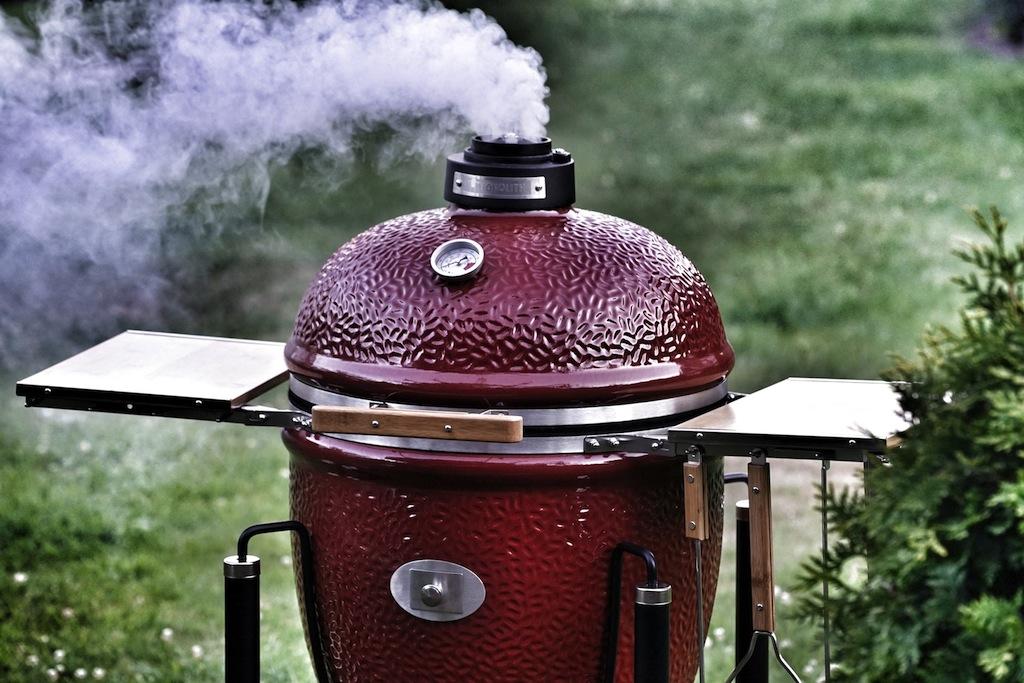 Bei guter Holzkohle entsteht keine starker Qual - kurz nach dem Entzünden glüht die Kohle ohne große Rauchentwicklung