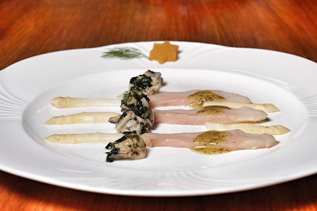 Gebeizter Albino-Königslachs aus Alaska mit pochierten Gillardeau-Austern auf Wakame-Algen