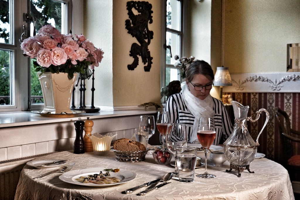 Wir waren schon ganz gespannt auf die Kreationen von Chef de Cuisine Joachim Stern, der seine Seine Ausbildung beim damaligen Sternekoch, Winzer, Weinhändler und Hotelier Franz Keller im Schwarzen Adler in Oberbergen absolvierte